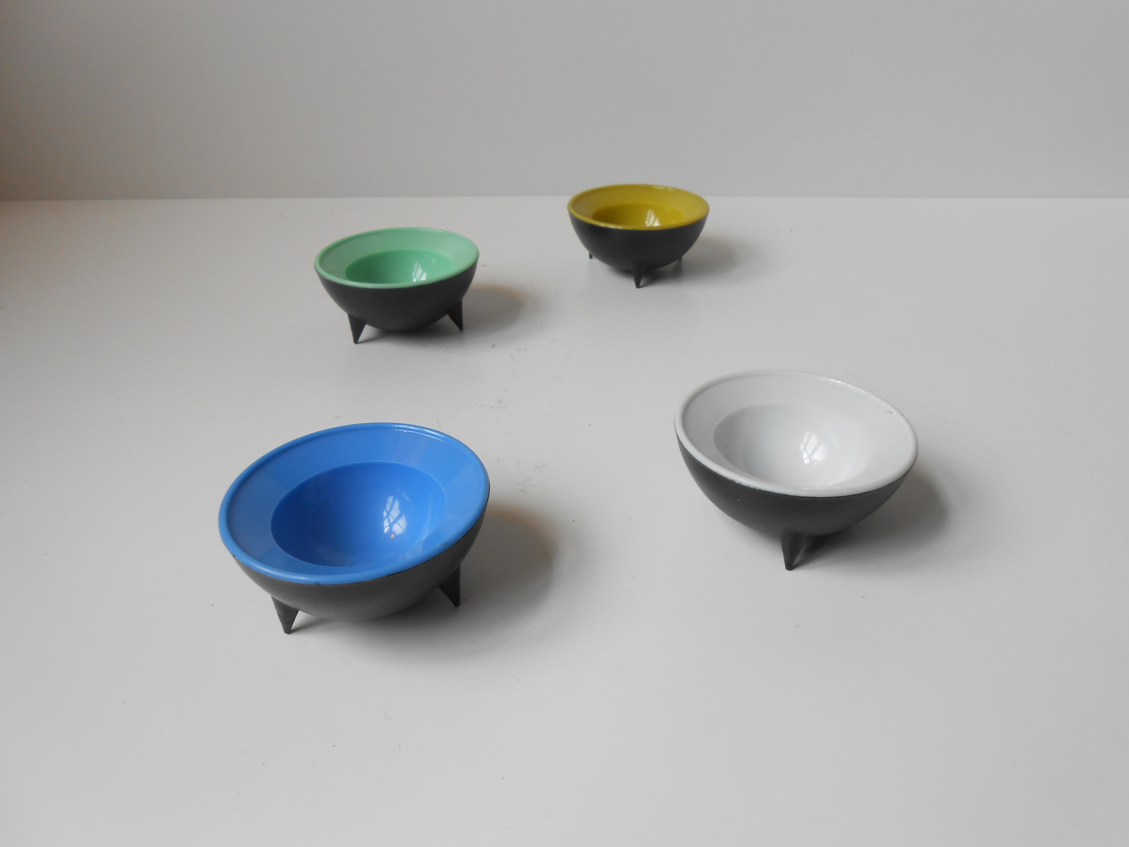 4 retro æggebægre i kulørt plast: ca 1970 – retro-design.dk