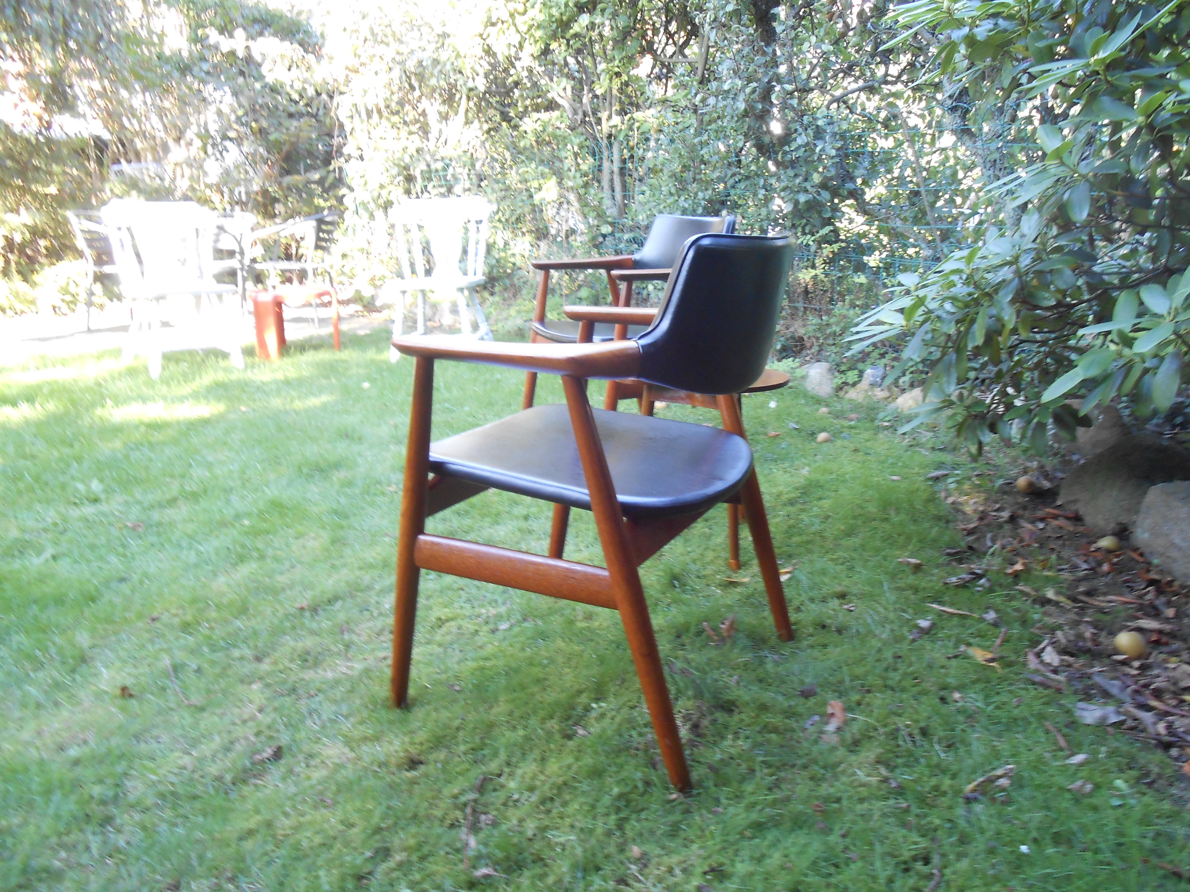 teaktræsstol med metalarmlæn