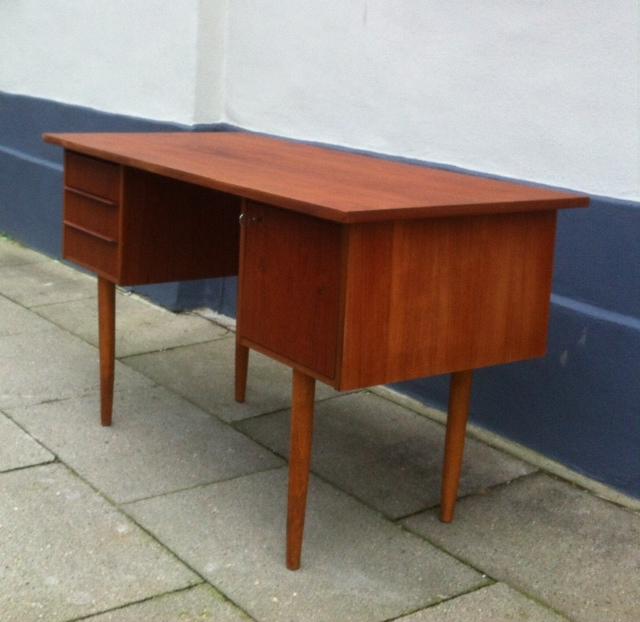 retro skrivebord Skrivebord af teak på tilspidsede ben: dk 1960'erne – retro design.dk retro skrivebord